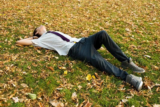 viseaza intins pe iarba toamna